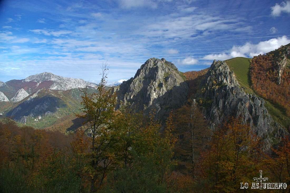 El Maciédome al fondo, y el Cueto Negro, rodeado de bosques pardos, desde el bosque Fabucado.