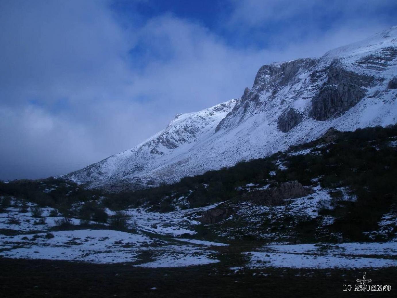 Atravesando el Puerto de Somiedo desde León, a mediados de otoño. Como véis la nieve era ya la dueña de las montañas.