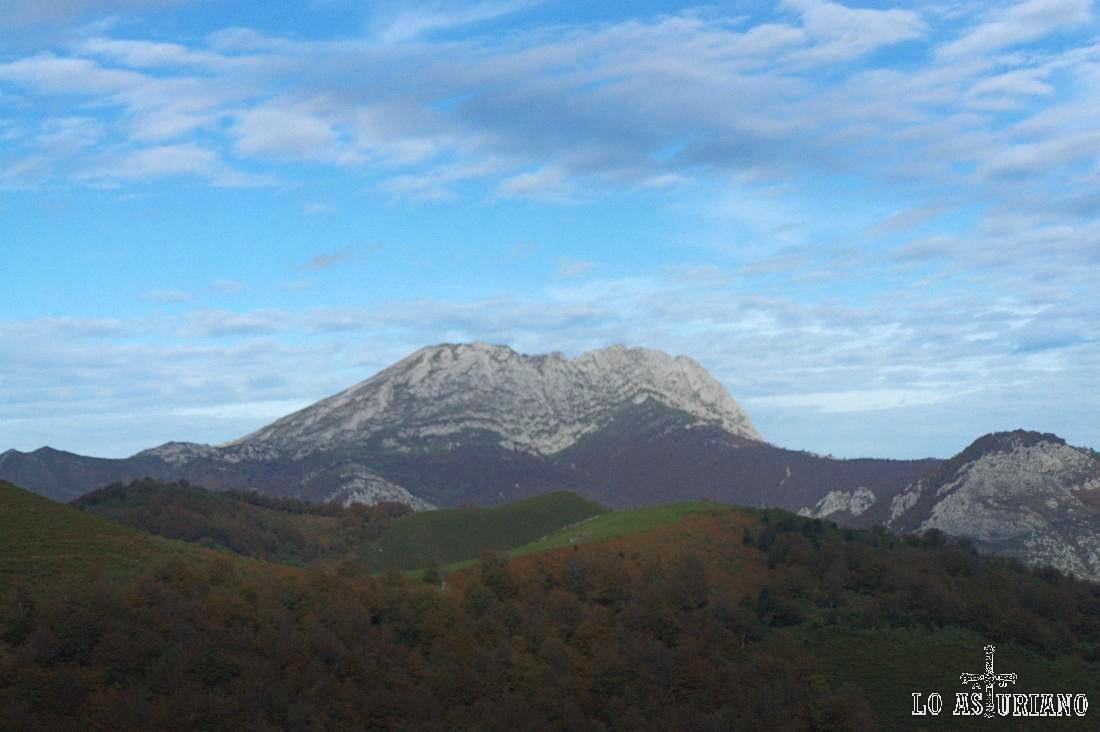 Bajo la cumbre del Tiatordos, del otro lado, del lado de Ponga, se abren unos murallones en la cumbre, con más de 400 metros, en forma de circo.
