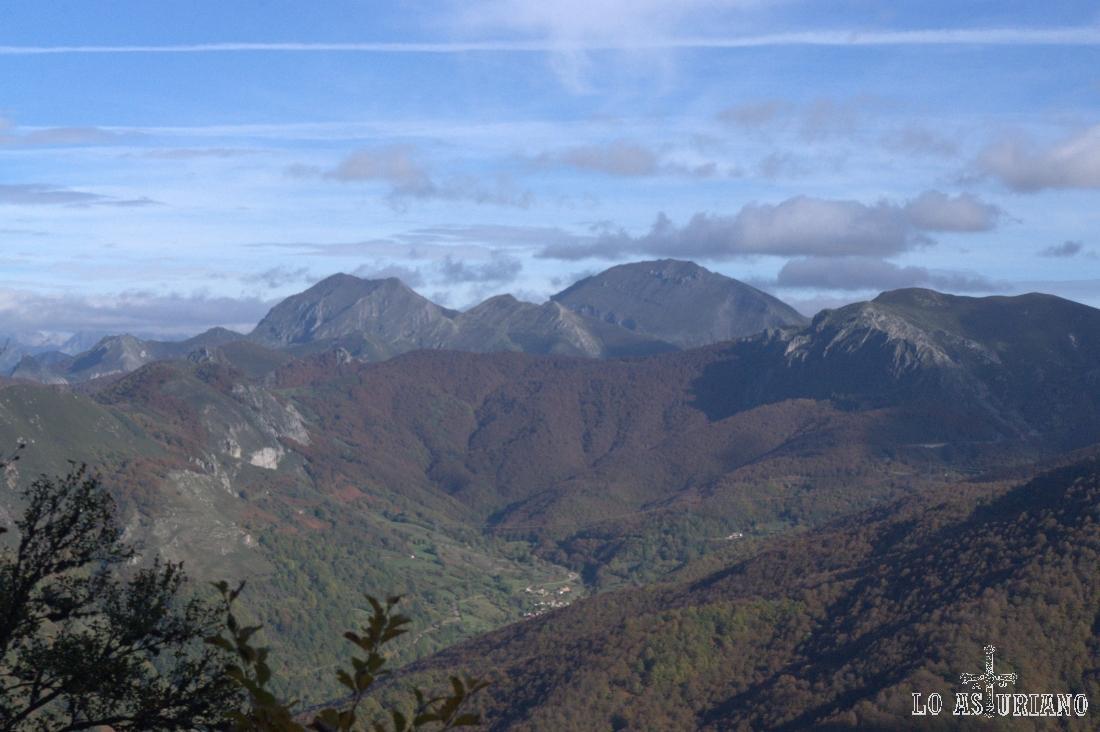 Pico Ten de 2142 metros, a la derecha, y el Pico Pileñes, de 2019 metros, a la izquierda.