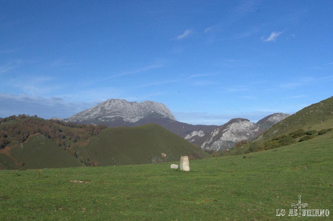El monte Pando y el Tiatordos desde la majada Cerreu.