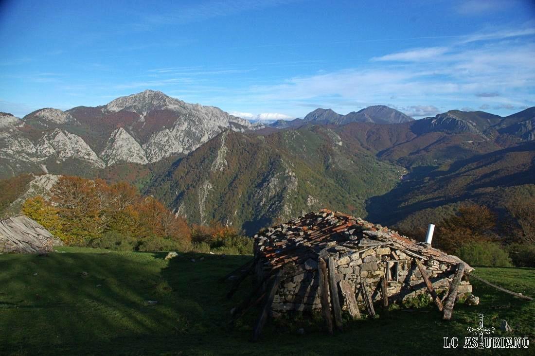 Cabaña en la majada Cerreu, con el Maciédome y Peña Ten, al fondo.