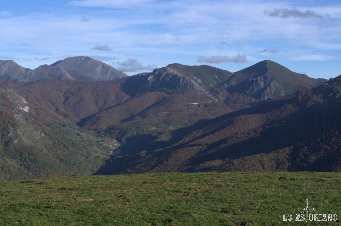 Peña Ten, 2142 metros, y más a la derecha, el Pico Abedular, de 1816, sobre el puerto de Tarna.