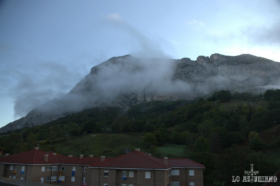 Amaneciendo con nieblas sobre Peña Sobia, en San Martín de Teverga.