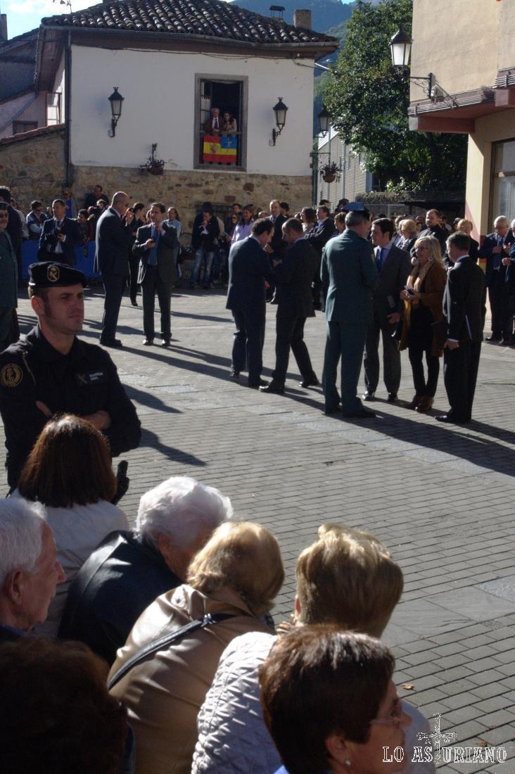 El alcalde, el Presidente del Principado, junto con otras autoridades esperando a los príncipes.
