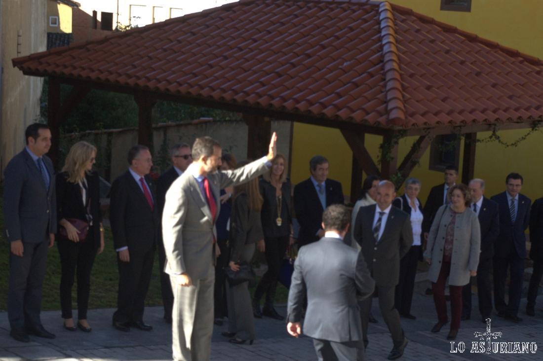 Don Felipe de Borbón saludando a los vecinos de Teverga.