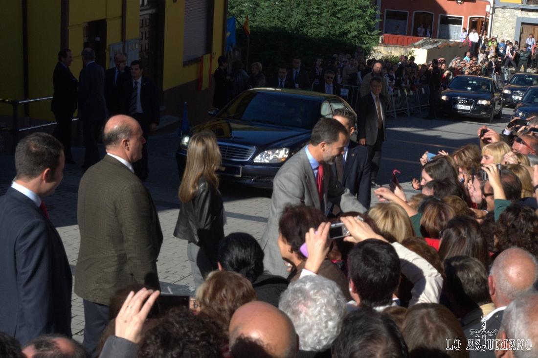 Los príncipes de Asturias saludando al enfervorizado público.