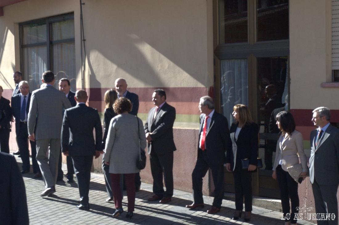 El Príncipe saludando a autoridades locales y empleados municipales de Teverga.