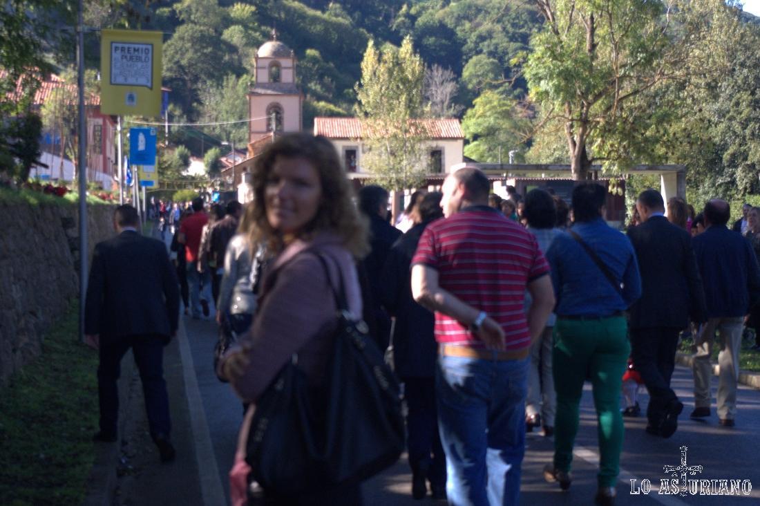 La multitud se desplaza en masa hacia la Colegiata.