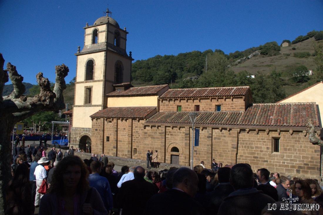 Colegiata de San Pedro de Teverga con ocasión de la visita de los Príncipes de Asturias el día del premio Pueblo Ejemplar.