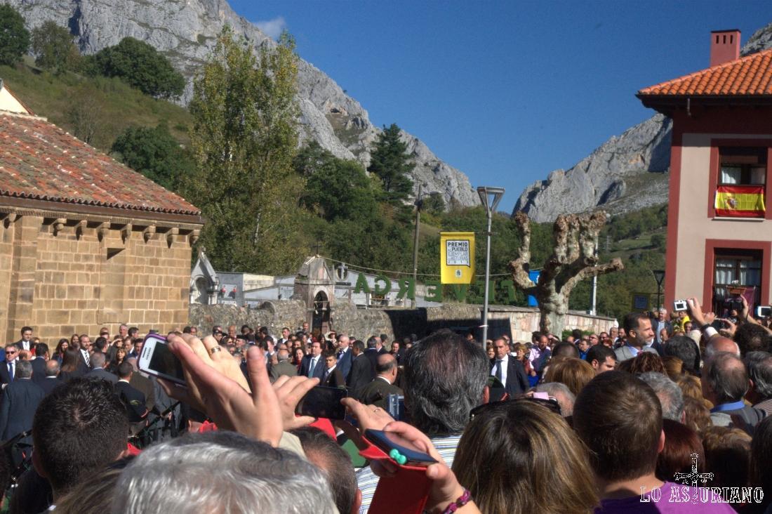 A la derecha, arriba, el Príncipe de Asturias saludando a los vecinos de Teverga, recién nombrado Pueblo Ejemplar 2013.
