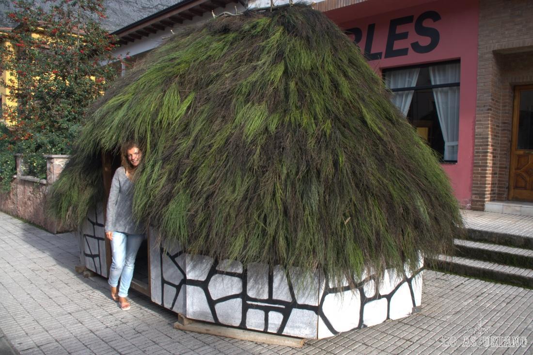 Esta cabaña de teito, se puso en la Calle Doctor García Miranda, frente a la tienda de muebles, con motivo de la visita de los Príncipes.