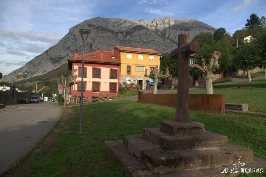 El crucero de la colegiata románica y al fondo, la sierra de Sobia.