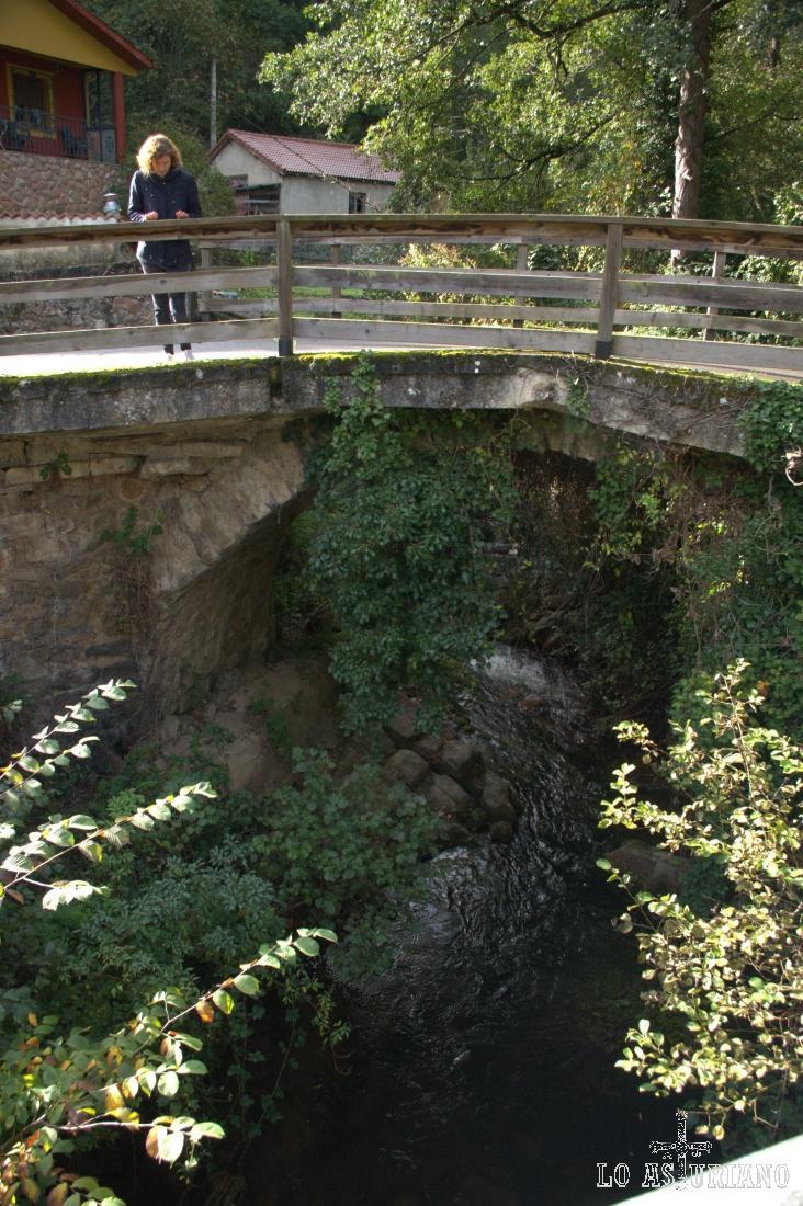 El río Páramo, igual que el Val de carzana, pasan por La Plaza, y se unen, formando el río Teverga, en San Martín.