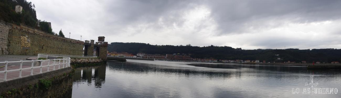 Ría del Nalón, con un antiguo cargador de carbón a la izquierda.