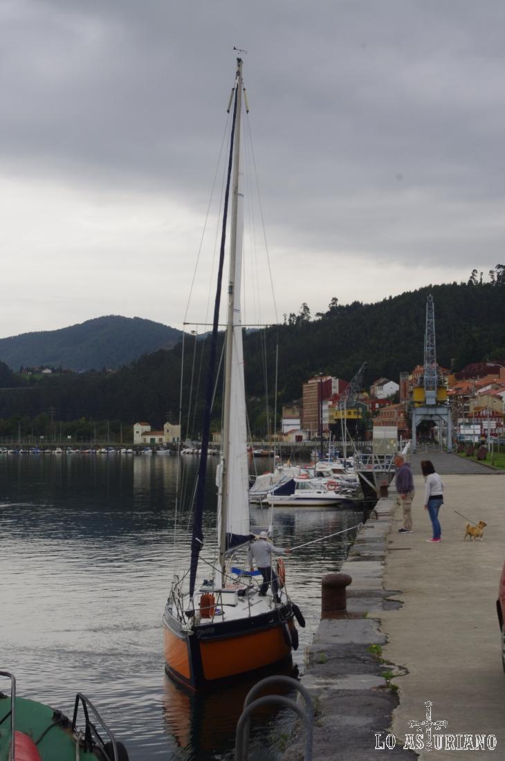 Velero en el puerto de San Esteban de Pravia, coqueto pueblín de Muros de Nalón.