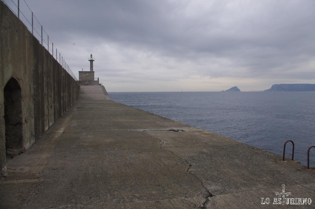 Faro del dique del oeste, en San Esteban de Pravia.