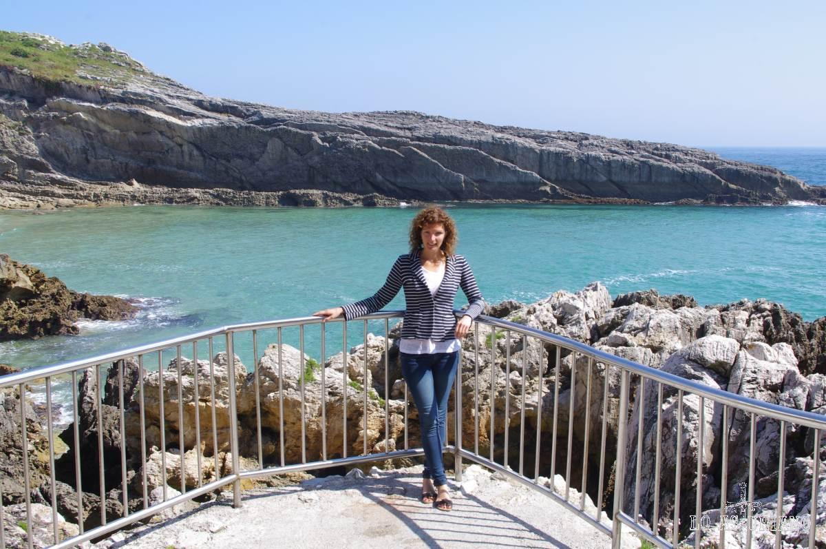Entrada de mar de la playa del Sablón desde el comienzo del muelle de Llanes.