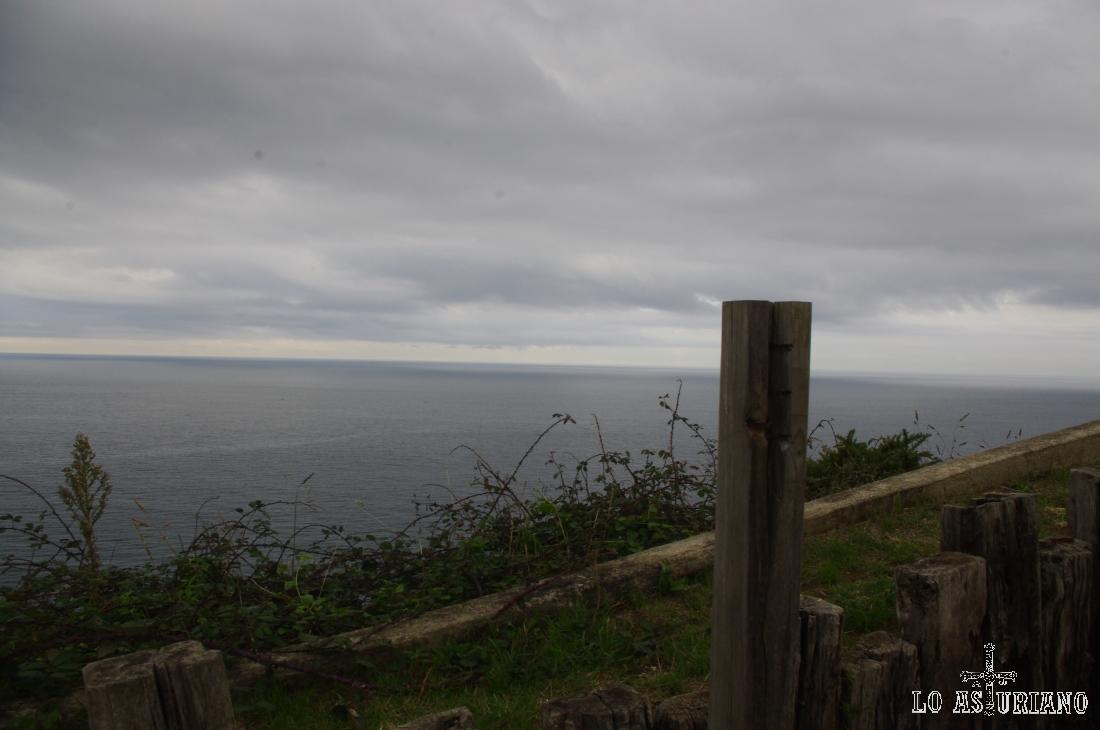 Vista norte desde el mirador: el Cantábrico.