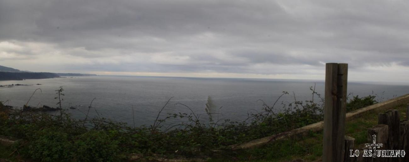 Al fondo, el Cabo de Vidio.