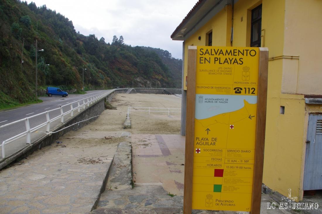 Pancarta informativa de la Playa de Aguilar.