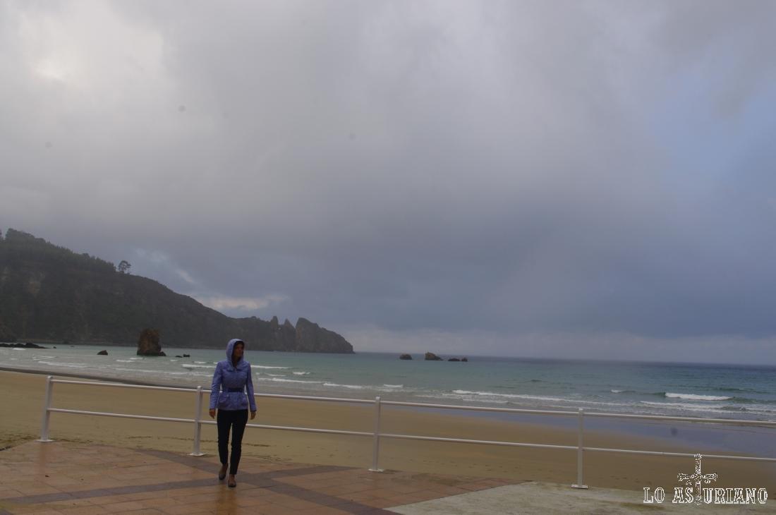 La playa de Aguilar, cuando la marea baja, tiene una amplitud de unos 80-90 metros.