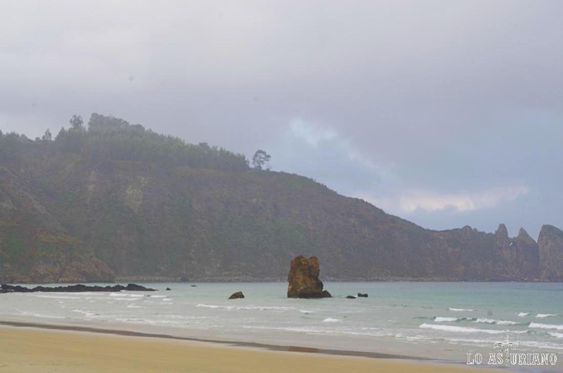 La playa de Aguilar tiene zonas rocosas, como la de Peñaseis.