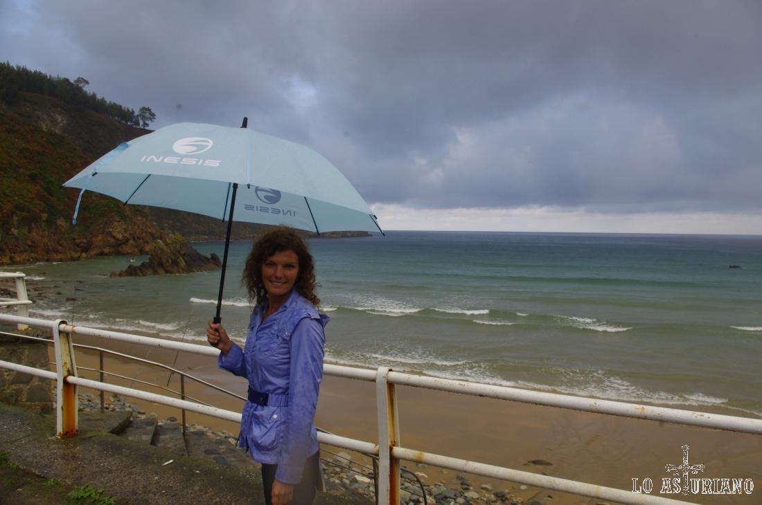 La playa de Aguilar extiende sus más de 600 metros, entre el Palacio la Cueva y la Punta Castiello.