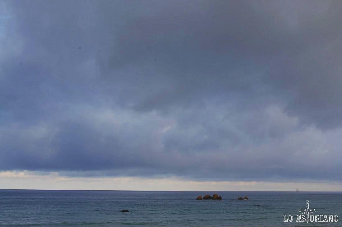Rocas de Peñaseis, cubiertas por la marea alta, en la playa de Aguilar.