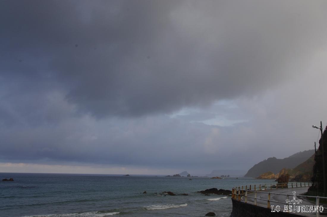 Punta Castiello y tras ella, la Punta del Campón; entre ambas está la playa Veneiro.