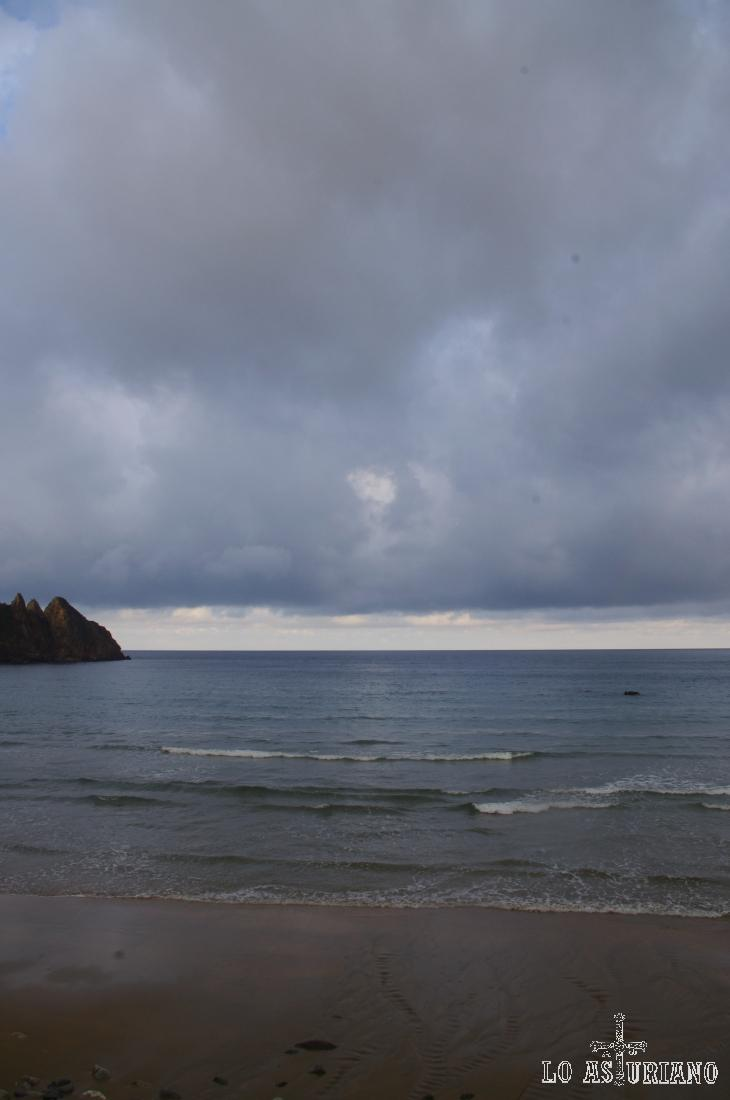 Cielos nublados y azulados sobre la playa de Aguilar.