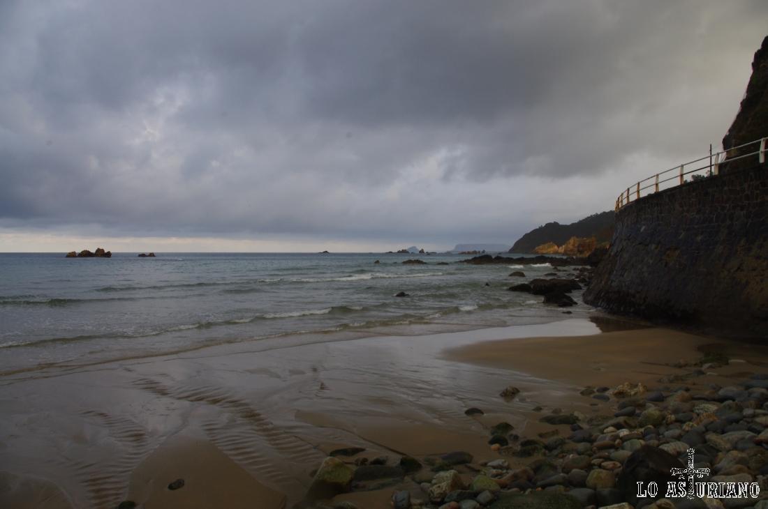 Playa de Aguilar, en el concejo de Muros de Nalón, a 2 km de la capital del concejo.