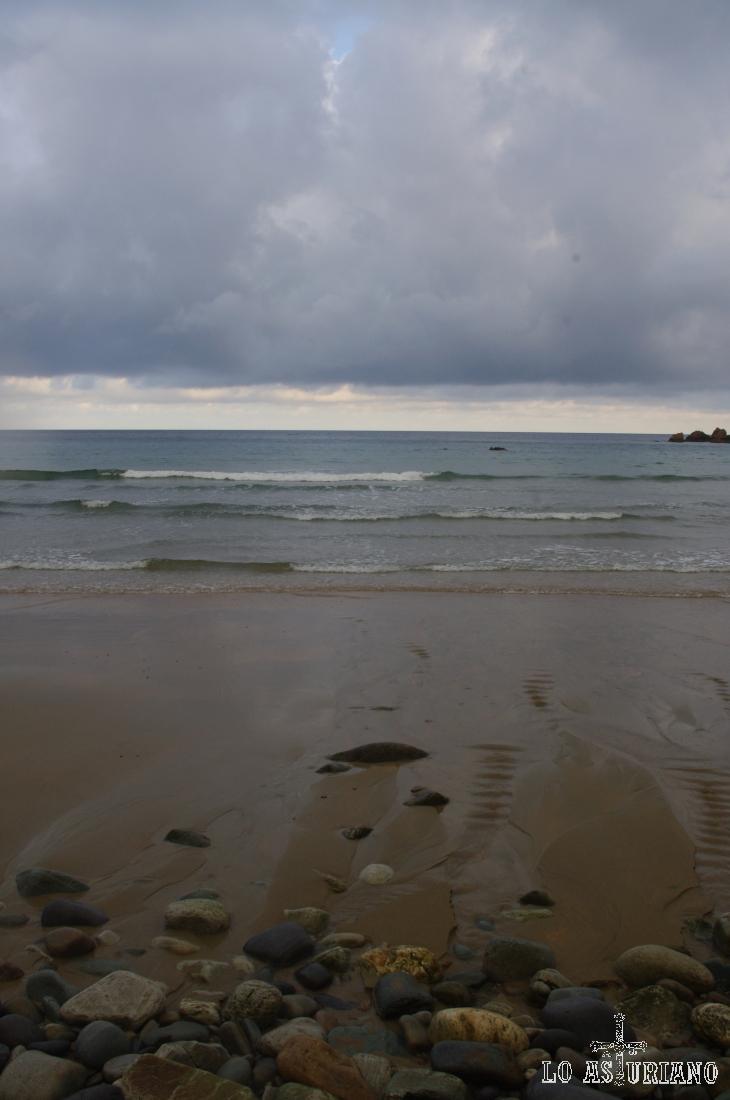 El arroyo de Aguilar vierte sus aguas en esta playa del mismo nombre.