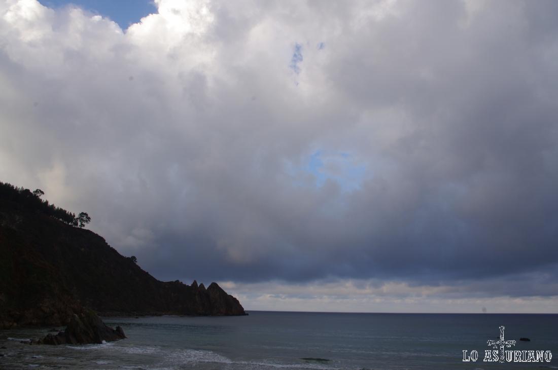Punta del Gaviero, a lado de la cual está la playa de la Cueva.