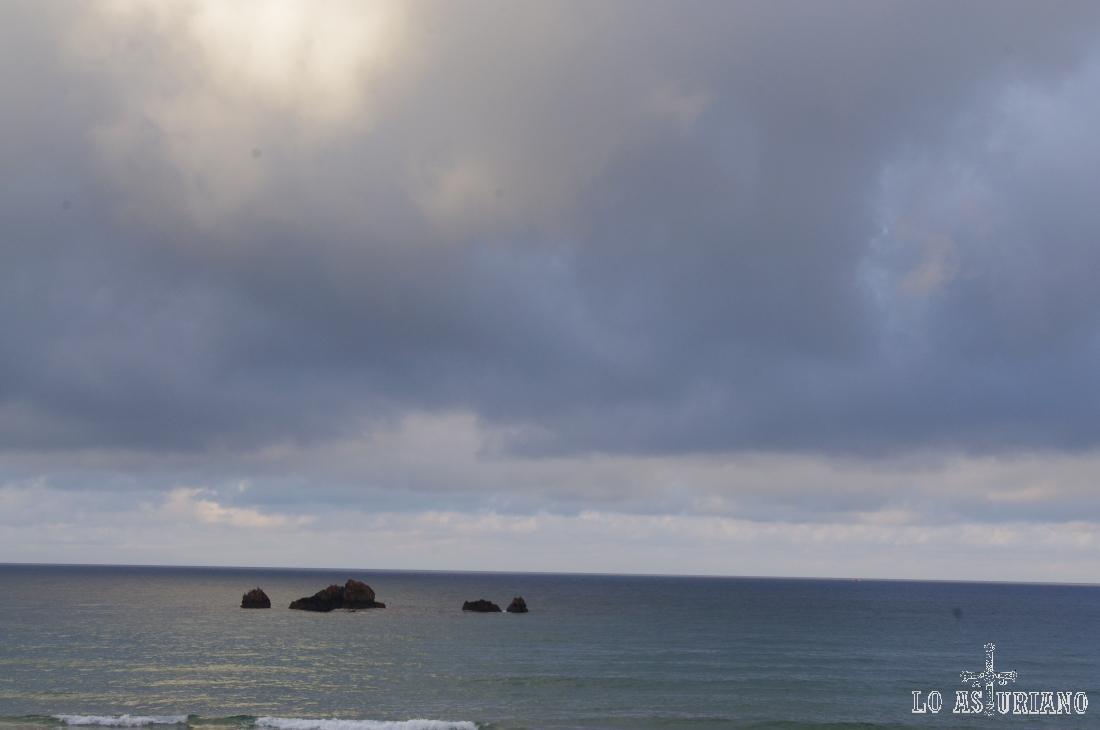 Los peñones inundados de la playa de Aguilar con pleamar.