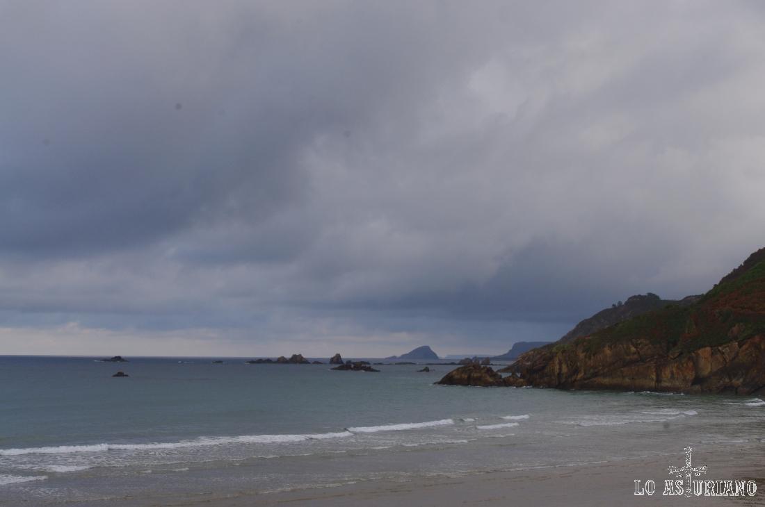 Al fondo, la punta de los Glayos y el islote de Ñera.