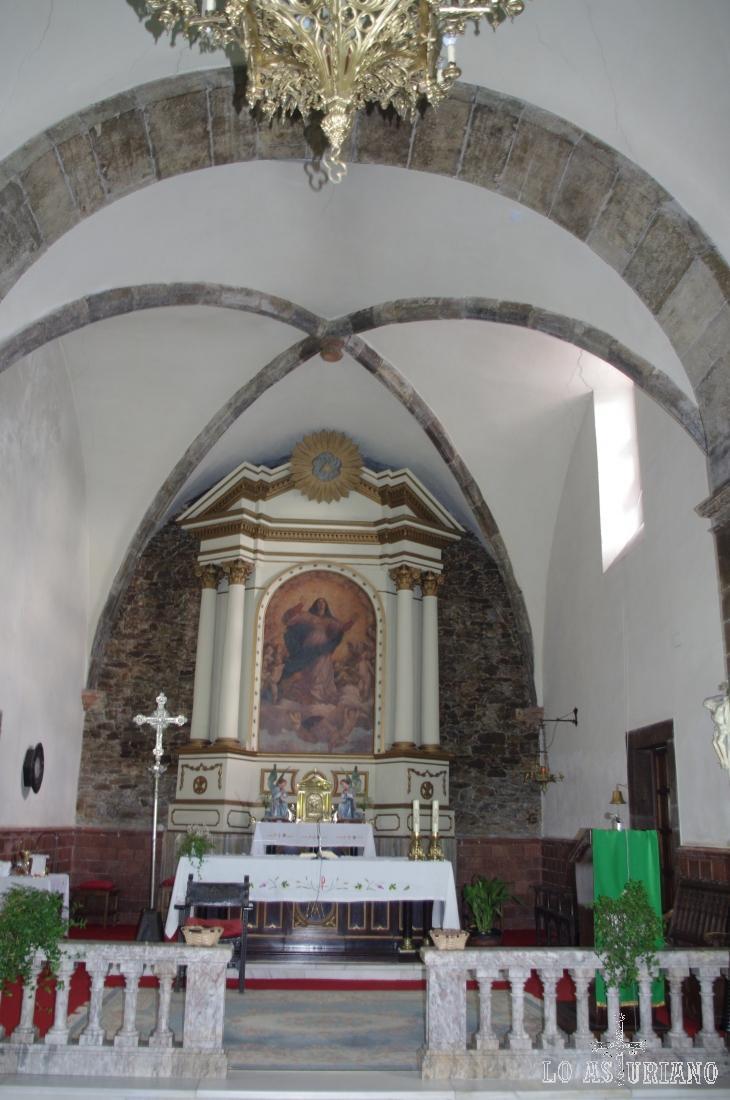Altar a la Virgen en la iglesia de Santa María de Muros.