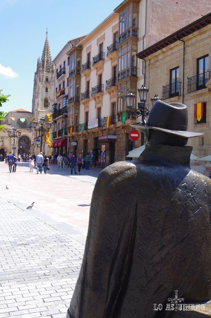 Desde la estatua al viajero, la catedral de Oviedo.