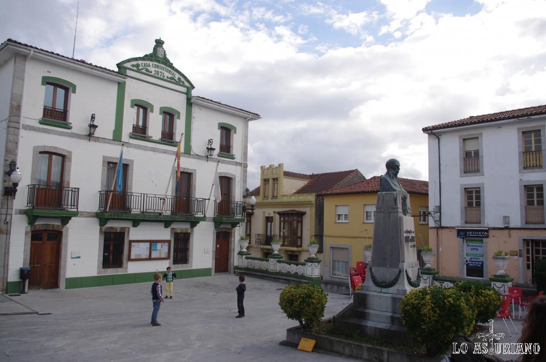 Plaza del Marqués en Muros; el busto corresponde a Constantino Fernández Vallín y Álvarez Albuerne, primer Marqués de Muros.