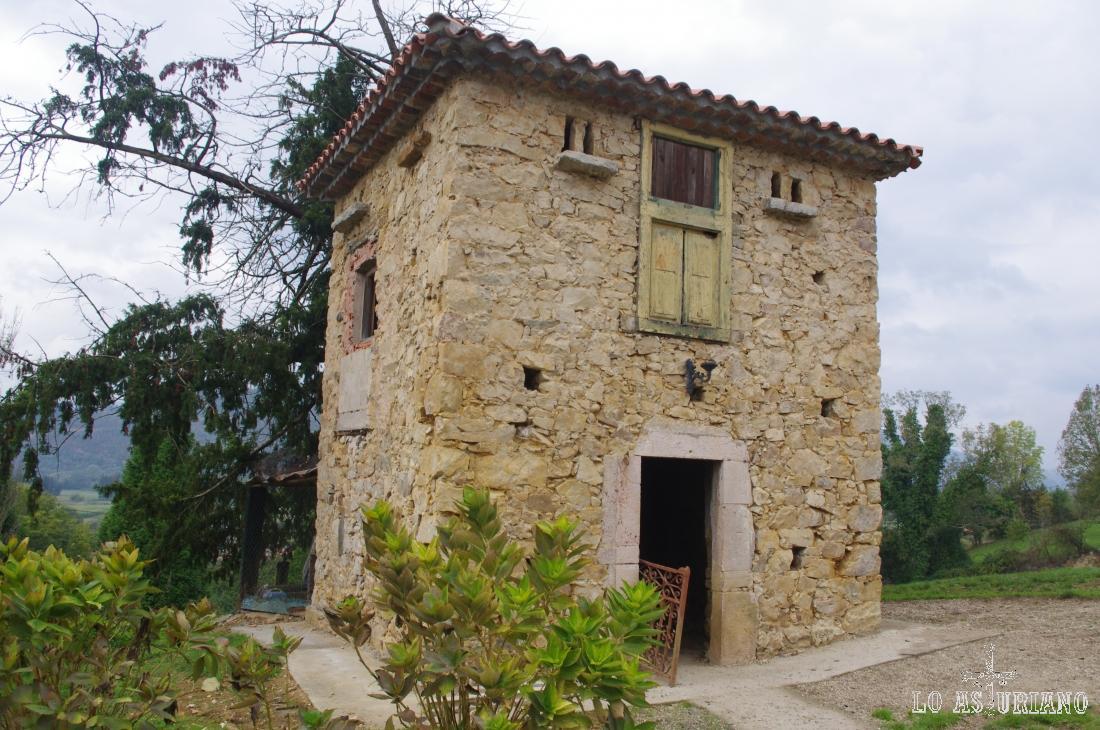 Preciosa casa de piedra y planta cuadrada, en el conjunto del Palacio de la Bouza.
