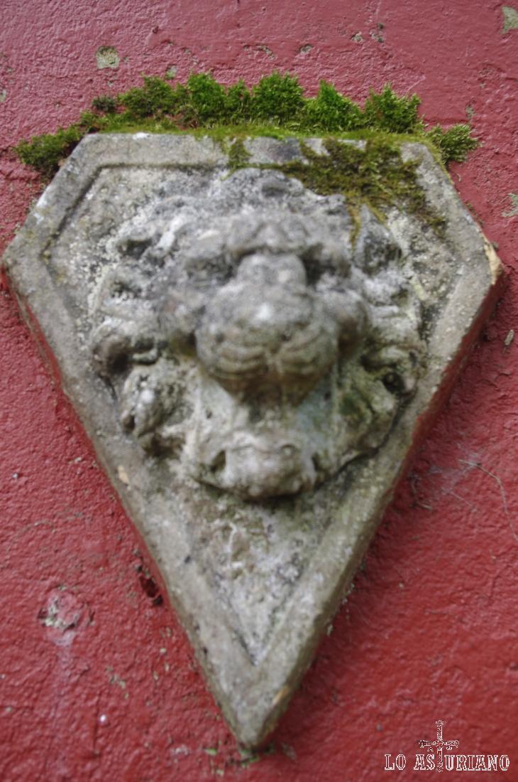 Detalle de cabeza de león en las paredes.