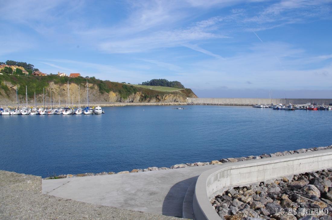 Puerto de Luanco y los diques que lo protegen del mar.