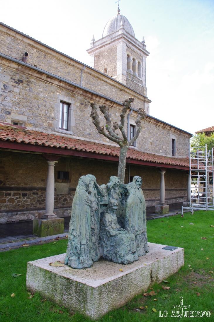"""Monumento a los Pleñideras, frente a la iglesia de Santa María, en Luanco. Las pleñideras cobraban por """"dar ambiente adecuado"""" en los entierros."""