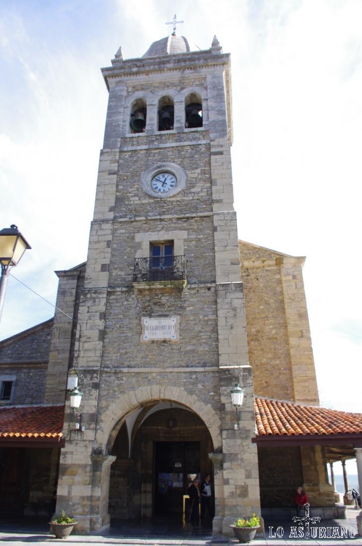 Torre de la iglesia de Santa María de Luanco.