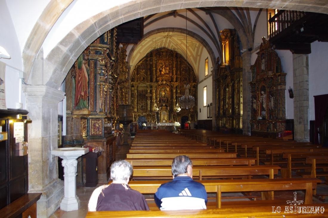 Retablo mayor, de origen barroco, de la iglesia de Santa María de Luanco; en el retablo está la imagen del Cristo del Socorro, del S. XVIII.
