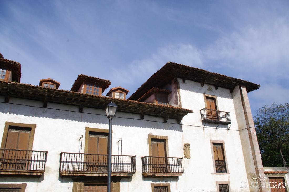 Parte de la fachada del Palacio de los Menéndez de la Pola, en Luanco, Gozón.