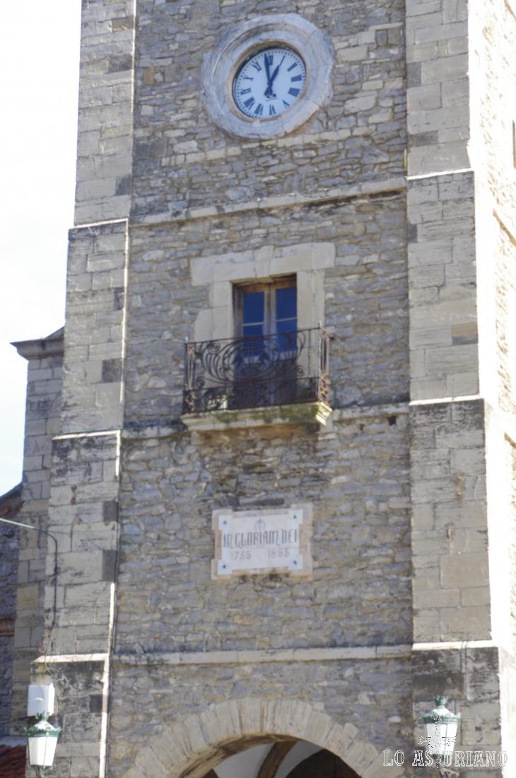 """Torre de la iglesia de Santa María, en Luanco; podemos leer: """"In Gloriam Dei""""."""