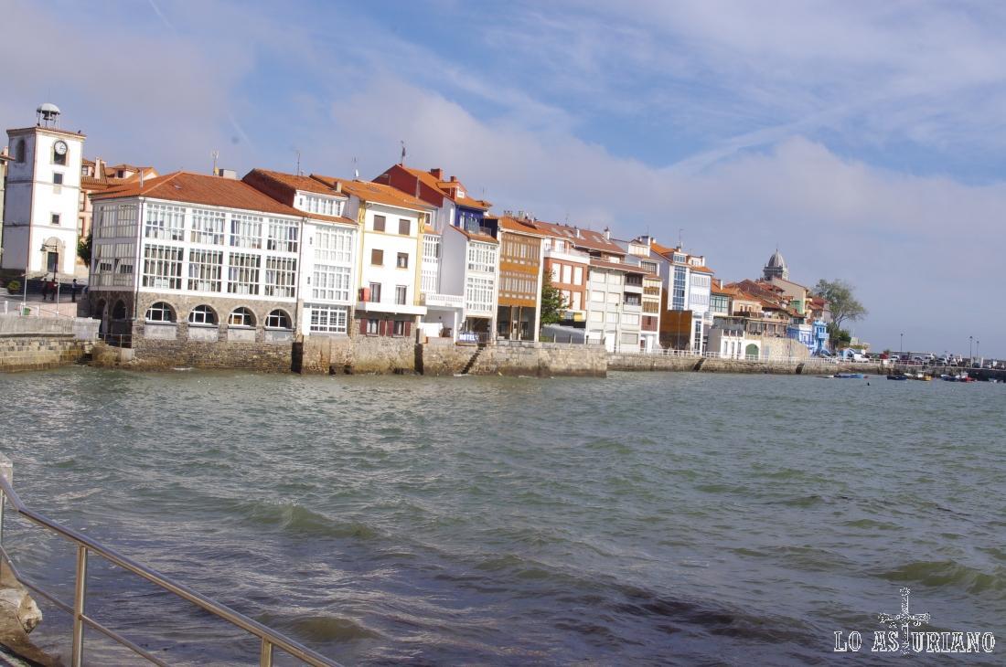 Similar a una escena de Venecia: Luanco, en la costa central asturiana.