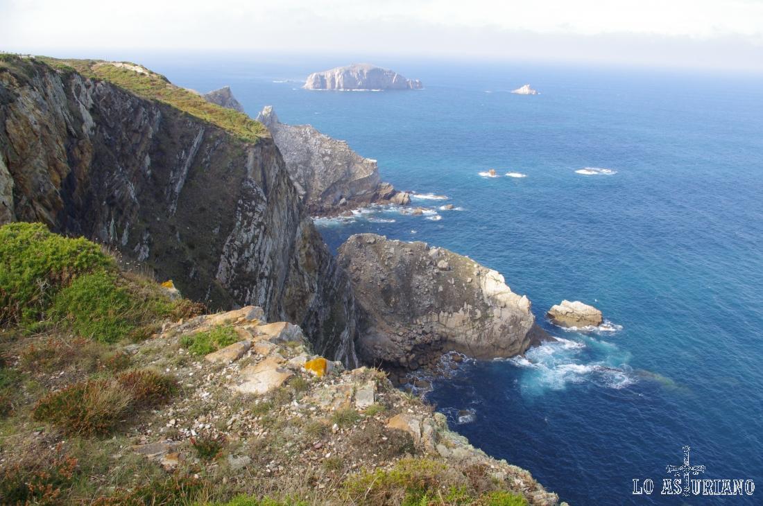 Isla de la Erbosa, a 1km, aproximadamente de la costa.