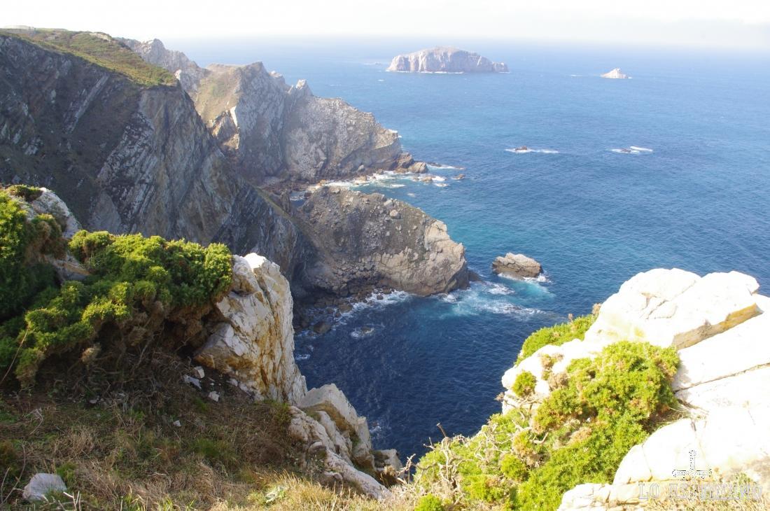 Desde la peña la Gaviera se puede divisar Cabo Vidio e incluso Cabo Busto hacia el oeste, y la Punta del Castro, Punta de la Narvata, Punta el Aguión, Punta la Vaca, y Punta de Tazones hacia el este.